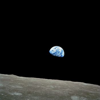 Apl8-Dec24-Earthrise.jpg